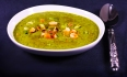 Spinatcremesuppe mit Olivenblättern