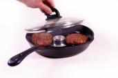 Der Olivenblätter-Rauch sollte circa 15 Minuten auf die Burger-Patties einwirken