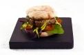 "Mit Olivenblättern geräucherter ""Smoky Burger"" im ""Oriental Style"""