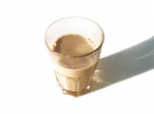 Ein Glas mit warmer Olivenblätter-Milch
