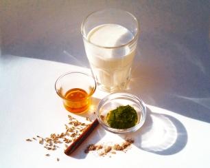 Olivenblätter, Honig, Fenchelsamen, Zimt und Kardamom - Zutaten für die Olivenblätter-Milch