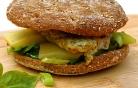 Olivenblätter-Rührei mit Käse im Burgerstyle