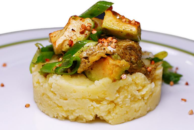Olivenblaetter Ruehrei mit Kartoffelbrei Avocado und Fruehlingszwiebel