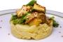 Olivenblätter-Rührei auf Kartoffelbrei mit Avocado und Frühlingszwiebeln