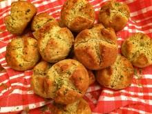 Die ausgebackenen, goldbraunen Olivenblätter-Quarkbrötchen